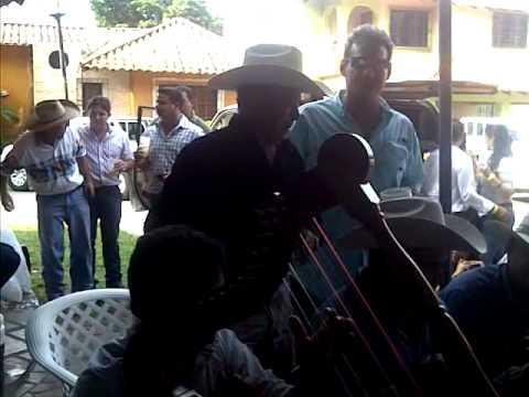 Jorge Guerrero  . vitico castillo y William Sentella tocando y cantando