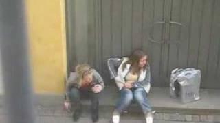 Två rökande tjejer på Postgatan