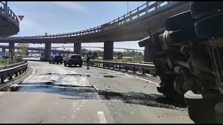 Motorista de caminhão tomba em curva na ponte do Guaíba, derrubando a carga na via abaixo da ponte