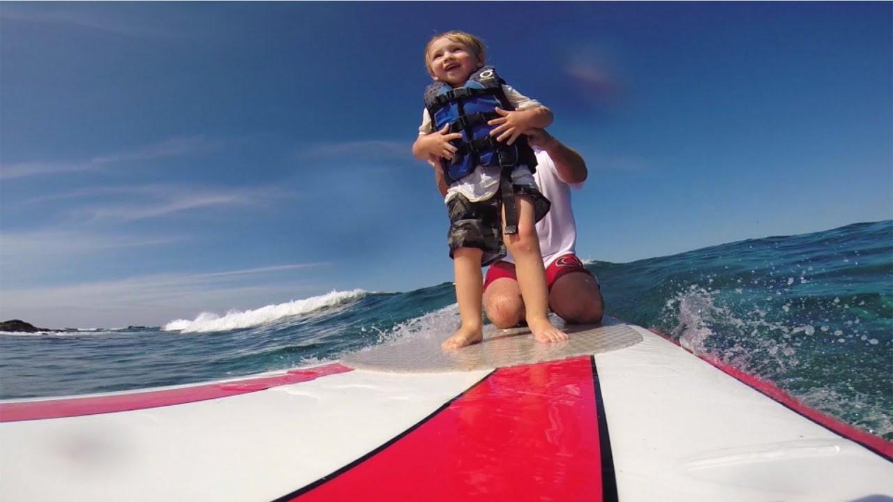 Apprendre à surfer avec papa