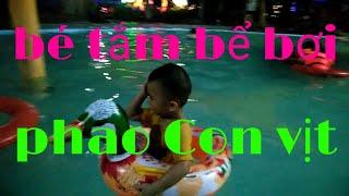 Bé đi tắm bể bơi băng phao  Con vịt
