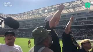 Will Ferrell met le feu au stade en lançant les chants de supporters de son équipe de football