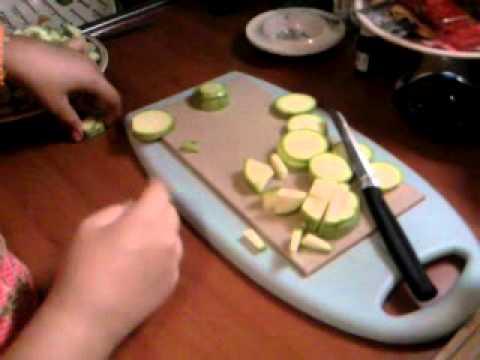 Baixar ...V. affetta le zucchine per zia bianca..