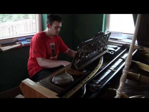 Maciek, dzieci i Coco Jambo na fortepianie