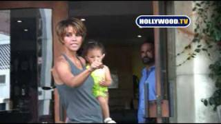 Halle Berry Gets Angry With The Paparazzi  At Barefoot