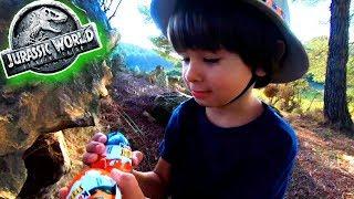 Dani y Evan buscan HUEVOS Kinder 🎁JURASSIC WORLD 2 con DINOSAURIOS escondidos por el BOSQUE 🌲