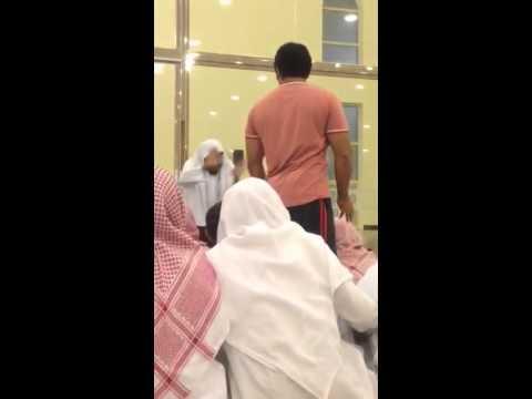 شاهد.. كيف تعامل شيخ سعودي مع شخص غاضب في المسجد؟