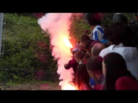 Aficionados del Deportivo de la Coruña con bengalas en el último entrenamiento del equipo