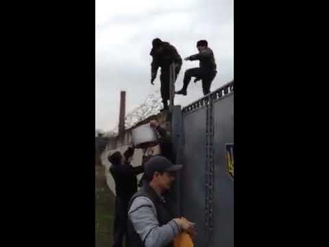 Крымские татары в Бахчисарае принесли еду  украинским солдатам, заблокированным спецназом РФ