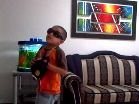 Niño cantando salgamos de Kevin Roldan ft Maluma y Andy rivera