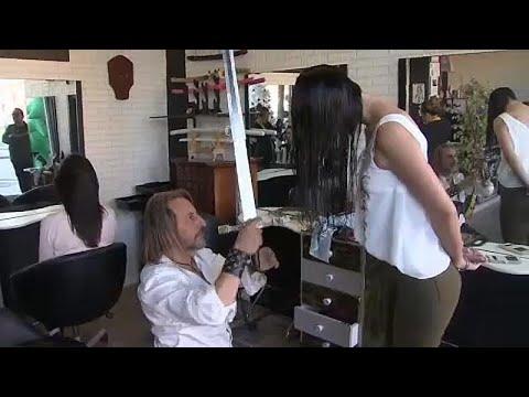 شاهد: حلّاق اسباني يصفف الشعر بالسيوف والسكاكين