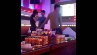 Gái trẻ chơi trong quán karaoke
