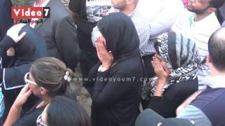 بالفيديو.. انهيار لقاء الخميسى وأيتن عامر ومها أحمد ومى كساب فى جنازة خالد صالح