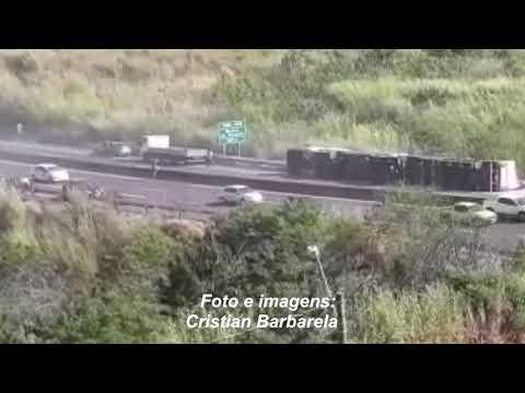 Carreta carregada com soja tomba no Contorno em Marília