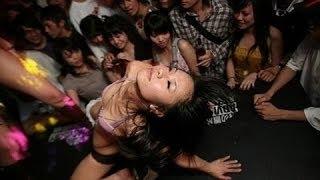 Em gái phê thuốc Lắc nhảy trong quán Bar ở phố đèn đỏ