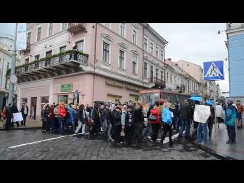 Підприємці Калинівського ринку у Чернівцях заблокували проїзд по вул. Головна біля міської ради