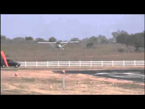 Avion loveste o masina in timpul manevrelor de aterizare