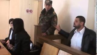 Șeful gardienilor agresează un jurnalist în sala de judecată