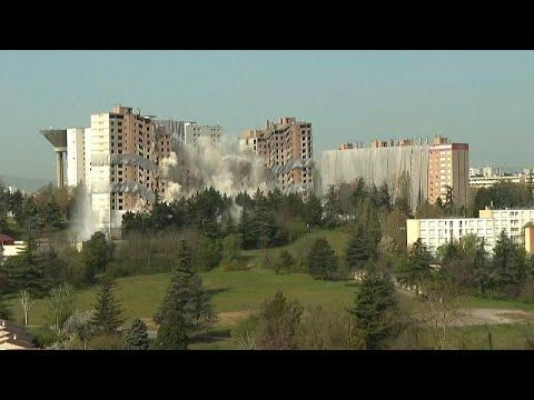 Fransa'da 15 katlı yarım asırlık bina kontrollü yıkımla tarihe karıştı