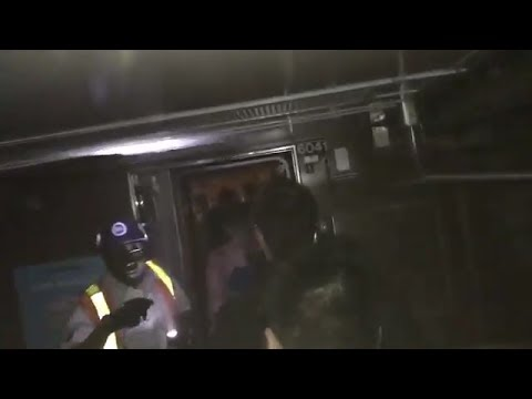 إصابة 34 شخصا إثر خروج عربتي قطار بمترو أنفاق نيويورك عن السكة
