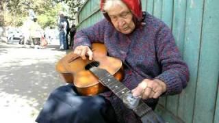 'Babuška blues': Bakica svira gitaru, i to uz pomoć - žarulje
