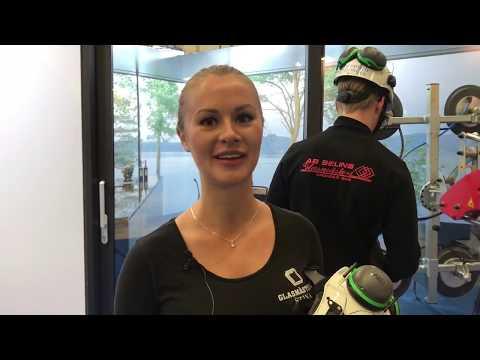 Stina och Filip visar yrket glastekniker på Yrkes-SM 2018