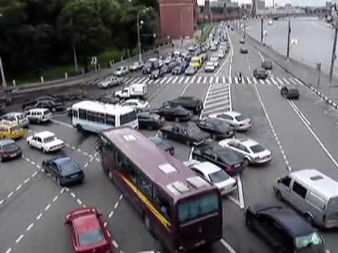 Skręt w lewo na moskiewskim skrzyżowaniu