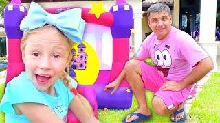 Nastya chơi các hoạt động vui chơi ngoài trời và trò chơi gia đình với đồ chơi bơm hơi mới