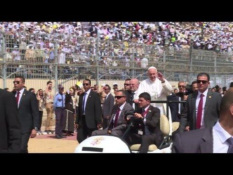 البابا فرنسيس يدعو الى الحوار والأخوة أمام الكاثوليك المصريين
