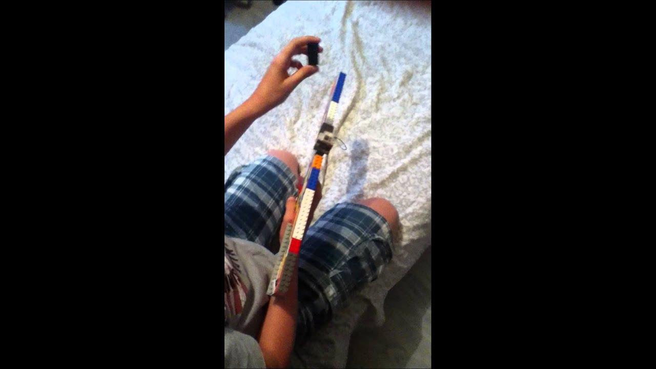 comment faire un pistolet qui tire des briques lego youtube. Black Bedroom Furniture Sets. Home Design Ideas