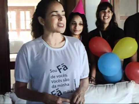 Baixar Fãs comemoram aniversário de Daniela Mercury