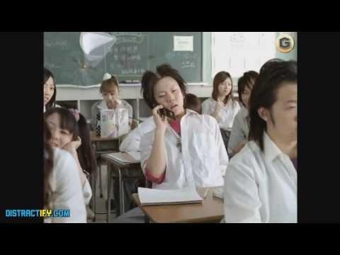 Томи Ли Џонс како професор во смешна јапонска раклама за кафе