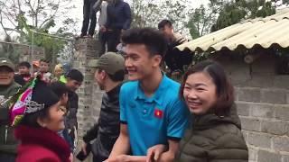 Thủ môn Bùi Tiến Dũng nói tiếng dân tộc tại quê nhà