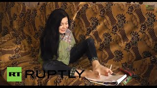 Russia: Girl WITHOUT ARMS can cook, put on make-up and draw - well!