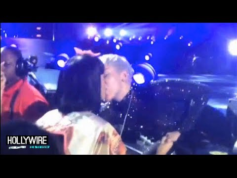 Baixar Miley Cyrus Kisses Katy Perry At Concert! (VIDEO)