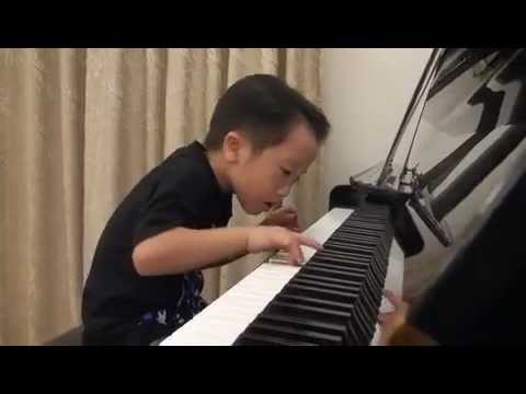 Tsung Tsung בגיל חמש על הפסנתר