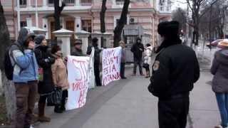 Ambasada română deschide geamul larg cînd protestăm noi
