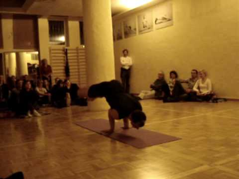 Repeat youtube video Przemek Nadolny is performing traditional Iyengar Yoga prt. 1
