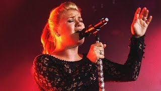 10 Times Kelly Clarkson Forgot She Was Human!