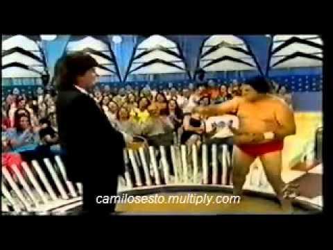 Camilo Sesto enfrenta a un gran luchador de Sumo