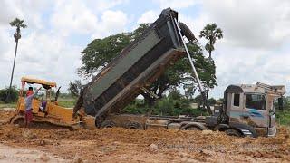 Extremely ! dump truck stuck in deep mud recovery by bulldozer ឡានដឹកដីជាប់ផុងជួយដោយអាប៉ុល