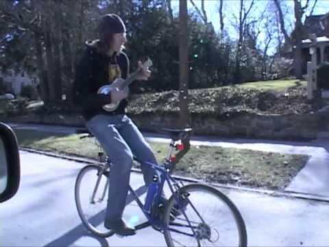 Вози велосипед наназад и свири истовремено