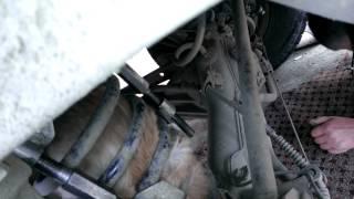 Кот застрял в пружине амортизатора автомобиля