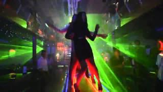 Hot girl xinh đẹp chân dài quẩy máu lửa trong Bar