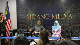 """Najib's """"cash is king"""" culture makes tackling corruption harder than before, says Tun M"""