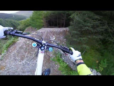 Луд спуст со велосипед по тесна планинска патека