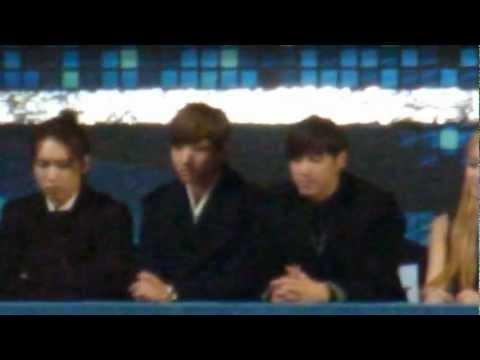 121229 TVXQ watching f(x) performance @ SBS Gayo