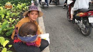 Đau lòng trước cảnh mẹ bồng con 3 tuổi bệnh nặng ăn xin giữa cái nắng Sài Gòn