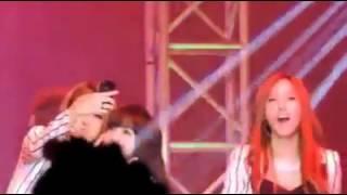 T-ara đang biểu diễn , fan ném điện thoại lên và cái kết =)))