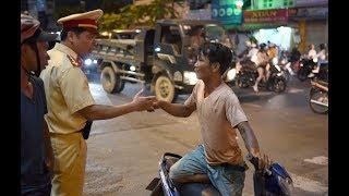 Thanh niên nhậu say quậy tưng chốt Cảnh sát giao thông
